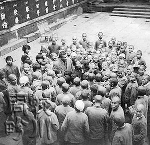 难童之母蒋鉴和丈夫周明栋与川五院的孩子们在一起。