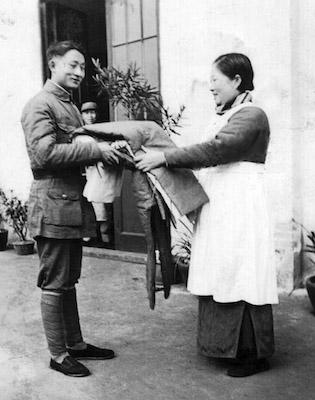 伤兵之母蒋鉴赠送负伤将士棉被重复前线。